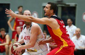 Paul Zipser von der deutschen Basketball-Nationalmannschaft in der Defensive im Spiel gegen Österreich.