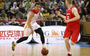 Paul Zipser dribbelt im EM-Qualifikationsspiel gegen Dänemark mit dem Ball nach vorne.