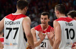 Paul Zipser gibt seinen Mitspielern aus der deutschen Basketball-Nationalmannschaft Anweisungen.