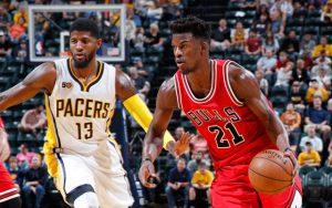 Die beiden NBA-Stars Paul George und Jimmy Butler in einem NBA-Preseason-Spiel im direkten Duell.