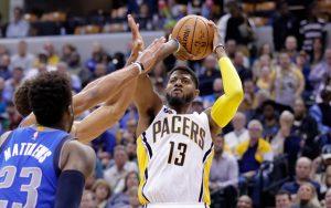 Paul George von den Indiana Pacers macht im Spiel gegen die Dallas Mavericks einen Wurfversuch.