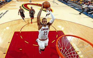 LeBron James von den Cleveland Cavaliers punktet im Spiel gegen die Toronto Raptors mit einem Dunk.
