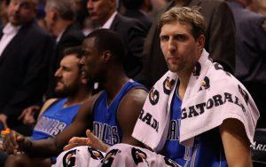 Dirk Nowitzki von den Dallas Mavericks ruht sich in einer Auszeit während eines NBA-Spiels auf der Bank aus.
