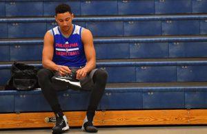 Ben Simmons macht sich für das Training seines NBA-Teams Philadelphia 76ers bereit.