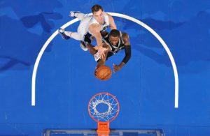 Jonathan Simmons von den San Antonio Spurs versucht im Spiel gegen die Orlando Magic einen Korbleger.