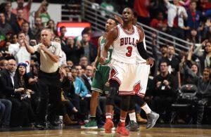 Dwyane Wade von den Chicago Bulls feiert im NBA-Spiel gegen die Celtics eine gelungene Aktion.