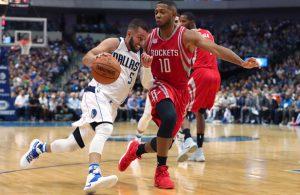 JJ Barea von den Dallas Mavericks zieht im NBA-Spiel gegen die Houston Rockets an seinem Gegenspieler Eric Gordon vorbei.