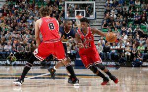 Jimmy Butler und Robin Lopez von den Chicago Bulls kreieren im NBA-Spiel gegen Utah einen Angriff.