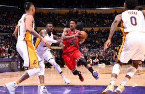 Jimmy Butler von den Chicago Bulls setzt sich im NBA-Spiel gegen die Los Angeles Lakers gegen mehrere Gegenspieler durch.