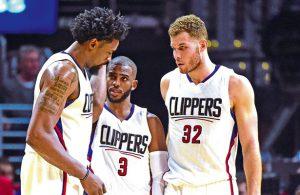 Chris Paul, DeAndre Jordan und Blake Griffin von den Los Angeles Clippers beraten sich in einer Auszeit.