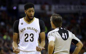 Anthony Davis von den New Orleans Pelicans im Gespräch mit einem NBA-Schiedsrichter.