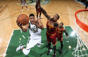 Giannis Antetokounmpo von den Milwaukee Bucks trifft im NBA-Spiel gegen die Cleveland Cavaliers per Korbleger.
