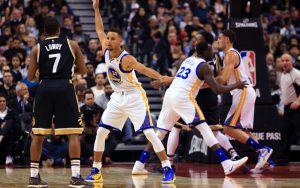 Kyle Lowry von den Toronto Raptors sucht im Spiel gegen Golden State eine Anspielstation.