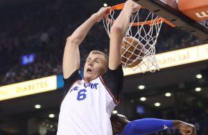 Kristaps Porzingis von den New York Knicks punktet im NBA-Spiel gegen Toronto per Dunking.
