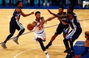 Derrick Rose von den New York Knicks zieht im Spiel gegen die Memphis Grizzlies drei Gegenspieler auf sich.