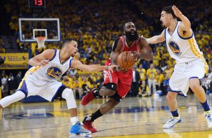 James Harden von den Houston Rockets setzt sich im NBA-Spiel gegen die Golden State Warriors gegen zwei Gegner durch.