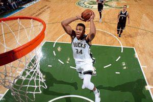 Giannis Antetokounmpo von den Milwaukee Bucks schließt im NBA-Spiel gegen die Nets einen Angriff per Dunking ab.
