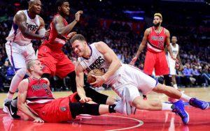 Blake Griffin von den LA Clippers kämpft im NBA-Spiel gegen die Portland Trail Blazers um den Ball.