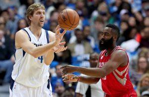 Dirk Nowitzki und James Harden kämpfen in einem NBA-Spiel um den Ball.