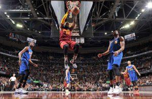 LeBron James von den Cleveland Cavaliers schließt im Spiel gegen die Golden State Warriors einen Angriff mit einem Dunk ab.