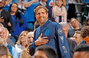 Dirk Nowitzki von den Dallas Mavericks mit seinen Fans.