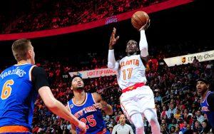 Dennis Schröder von den Atlanta Hawks punktet im NBA-Duell gegen die New York Knicks per Korbleger.