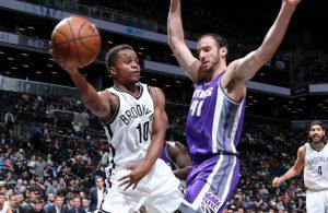 Yogi Ferrell von den Brooklyn Nets spielt im Duell mit den Sacramento Kings einen Pass.