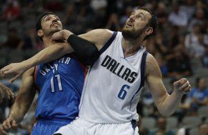 Andrew Bogut von den Dallas Mavericks kämpft mit Enes Kanter von den Oklahoma City Thunder um einen Rebound.