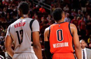 Russell Westbrook von den Oklahoma City Thunder und James Harden von den Houston Rockets stehen nebeneinander.