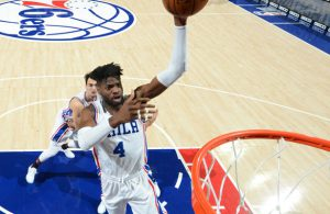 Nerlens Noel von den Philadelphia 76ers wirft den Ball auf den Korb.