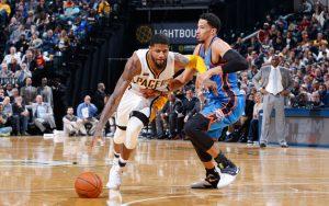 Paul George von den Indiana Pacers dribbelt im NBA-Spiel gegen die Oklahoma City Thunder an Gegenspieler Andre Roberson vorbei.