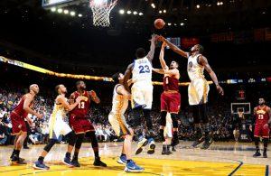 Kevin Love von den Cleveland Cavaliers kommt gegen die Defense der Golden State Warriors zum Wurf.