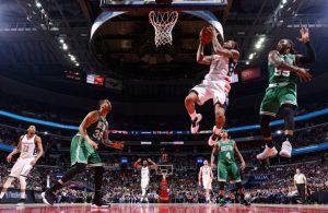 Bradley Beal von den Washington Wizards springt im NBA-Playoff-Spiel gegen die Boston Celtics zum Korb und wirft.