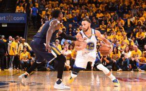 Steph Curry von den Golden State Warriors dribbelt im NBA-Playoff-Spiel gegen die Utah Jazz.