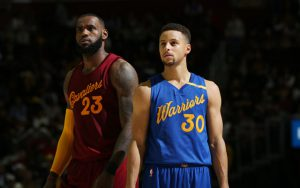 Steph Curry und LeBron James atmen in einer Auszeit des NBA-Spiels zwischen den Golden State Warriors und den Cleveland Cavaliers durch.