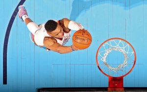 Russell Westbrook von den Oklahoma City Thunder erzielt per Dunking zwei Punkte.