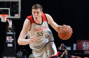 Isaiah Hartenstein von den Houston Rockets zieht in einem Spiel der NBA Summer League mit dem Ball zum Korb.