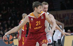 Tibor Pleiss von Galatasaray Istanbul dribbelt mit dem Rücken zum Korb.