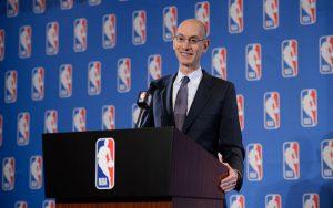 Adam Silver bei einer NBA-Pressekonferenz am Rednerpult.