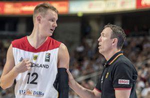 Robin Benzing und Chris Fleming im Gespräch bei einem Basketball-Länderspiel.