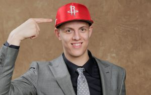 Isaiah Hartenstein beim NBA-Draft 2017 mit der Kappe der Houston Rockets.