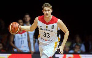 Patrick Heckmann von der deutschen Basketball-Nationalmannschaft dribbelt im Spiel gegen Belgien nach vorne.