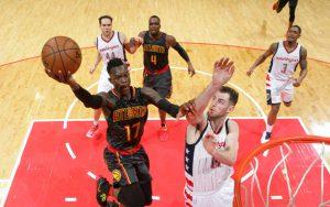 Der deutsche NBA-Spieler Dennis Schröder beim Versuch, per Korbleger zu punkten.