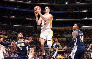 Lonzo Ball von den Los Angeles Lakers trifft im Spiel gegen Denver mit einem Korbleger.