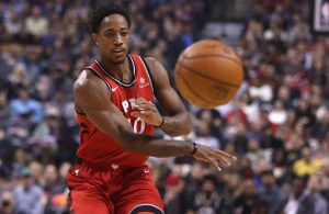 DeMar DeRozan von den Toronto Raptors spielt im NBA-Spiel gegen die Wizards einen Pass.