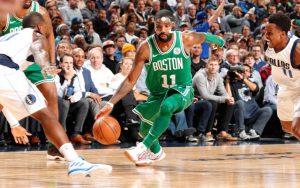 Kyrie Irving von den Boston Celtics dribbelt an drei Gegenspielern der Dallas Mavericks vorbei.