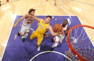 Robin Lopez von den Los Angeles Lakers punktet im Duell mit zwei Verteidigern der Chicago Bulls.