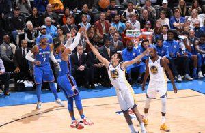 Russell Westbrook von den Oklahoma City Thunder wirft im Spiel gegen die Golden State Warriors auf den Korb.