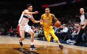 Kyle Kuzma von den Los Angeles Lakers zieht im NBA-Spiel gegen die Wizards an seinem Gegenspieler vorbei.