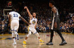 Steph Curry von den Golden State Warriors feiert im NBA-Spiel gegen die San Antonio Spurs einen getroffenen Dreier.